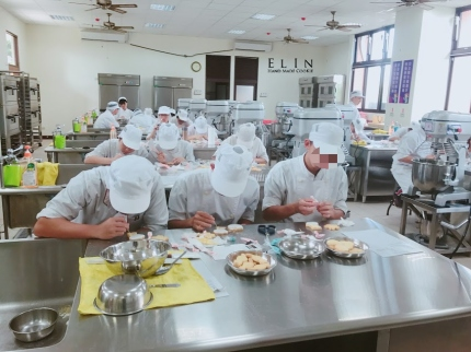 學生糖霜餅乾烘焙實習過程